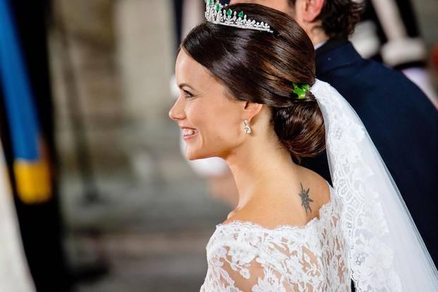 Sofias Wunsch bei der Hochzeit: Ihr Nacken-Tattoo sollte durch das Brautkleid nicht verdeckt werden