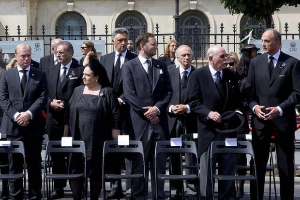 Zu den Vertretern der anderen Königs- und Fürstenhäuser, die an der Beerdigung teilnehmen, gehören unter anderem Georg Friedrich Prinz von Preußen (3. v. rechts), Max Markgraf von Baden (2. v. rechts), Prinz Lorenz von Belgien (ganz rechts) sowie Prinz Carlos Hugo von Bourbon-Parma (4. v. links).