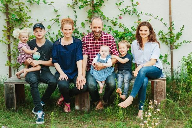Alle zusammen auf einer Bank (v. l.): Marla, 2, Pontus, 13, Alexa Hennig von Lange, 43, Ehemann Marcus Jauer, 41, mit Holly, neun Monate, Aaron, 4, und Mia, 17 Jahre. Die Familie lebt in einem Haus in Brandenburg, rund 30 Kilometer von Berlin