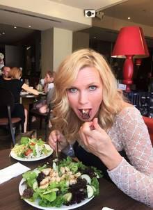 Einen doppelten Salat, bitte! Veronica Ferres zeigt uns ihren Geheimtipp, um dauerhaft schlank und vital zu bleiben.