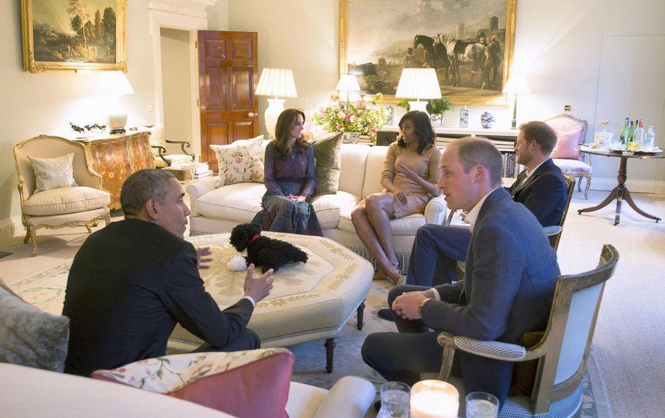 Einblicke ins privatere Wohnzimmer der Cambridges gibt es, als die Obamas im April 2016 zu Besuch kommen. Ehe man sich gemeinsam zum Dinner begab, traf sogar Prinz George - im Bademantel - noch den amerikanischen Präsidenten und seine Frau.