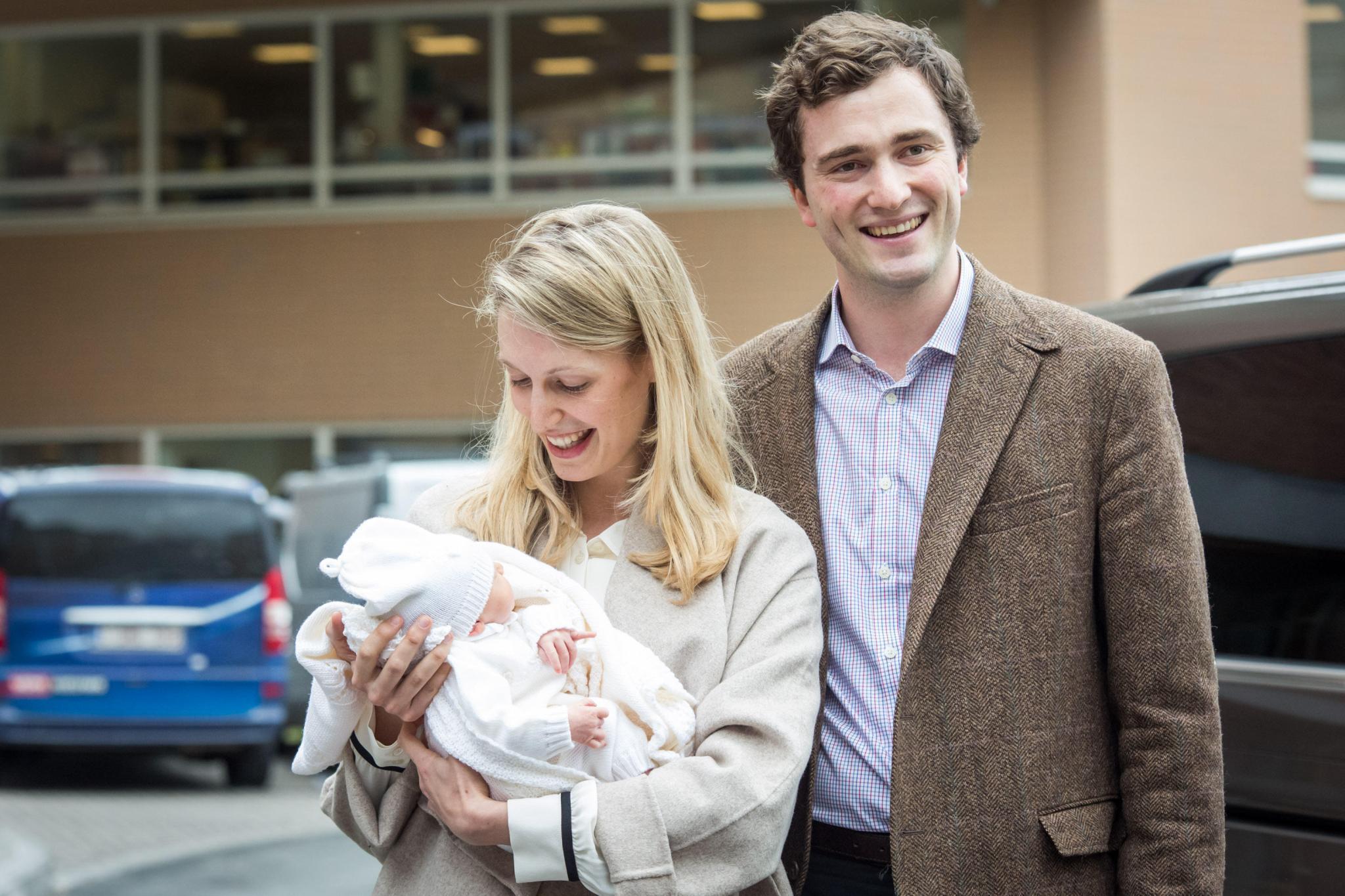 Prinz Amedeo zeigt sich gemeinsam mit Ehefrau Elisabetta und seiner neugeborenen Tochter Anna Astrid am 20. Mai vor dem Krankenhaus