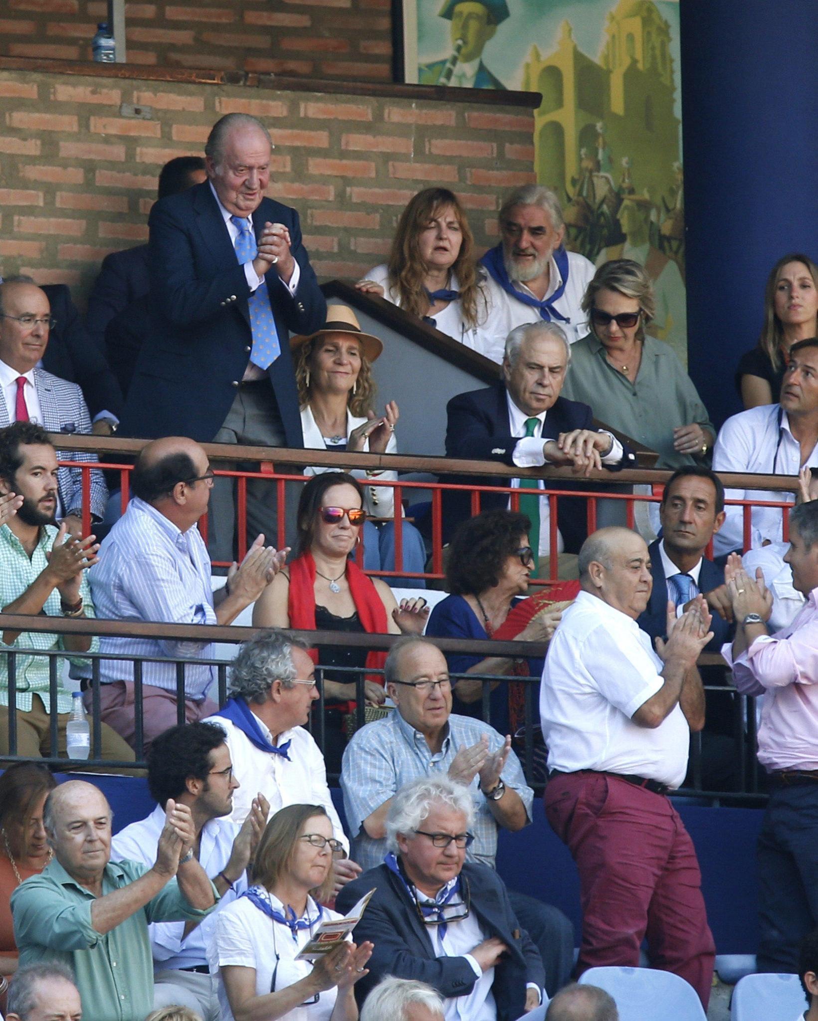 In Bilbao wird König Juan Carlos mit Applaus begrüßt - er ist seit langer Zeit Stierkampf-Fan.