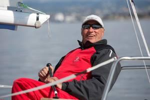 Prinz Haakon: König Harald segelt begeistert schon 2014 bei der königlichen Regatta mit. Ehemaliger Olympia-Teilnehmer in dieser Sportart ist er ebenfalls - und es zieht ihn weiterhin aufs Wasser, auch mit 79 Jahren.