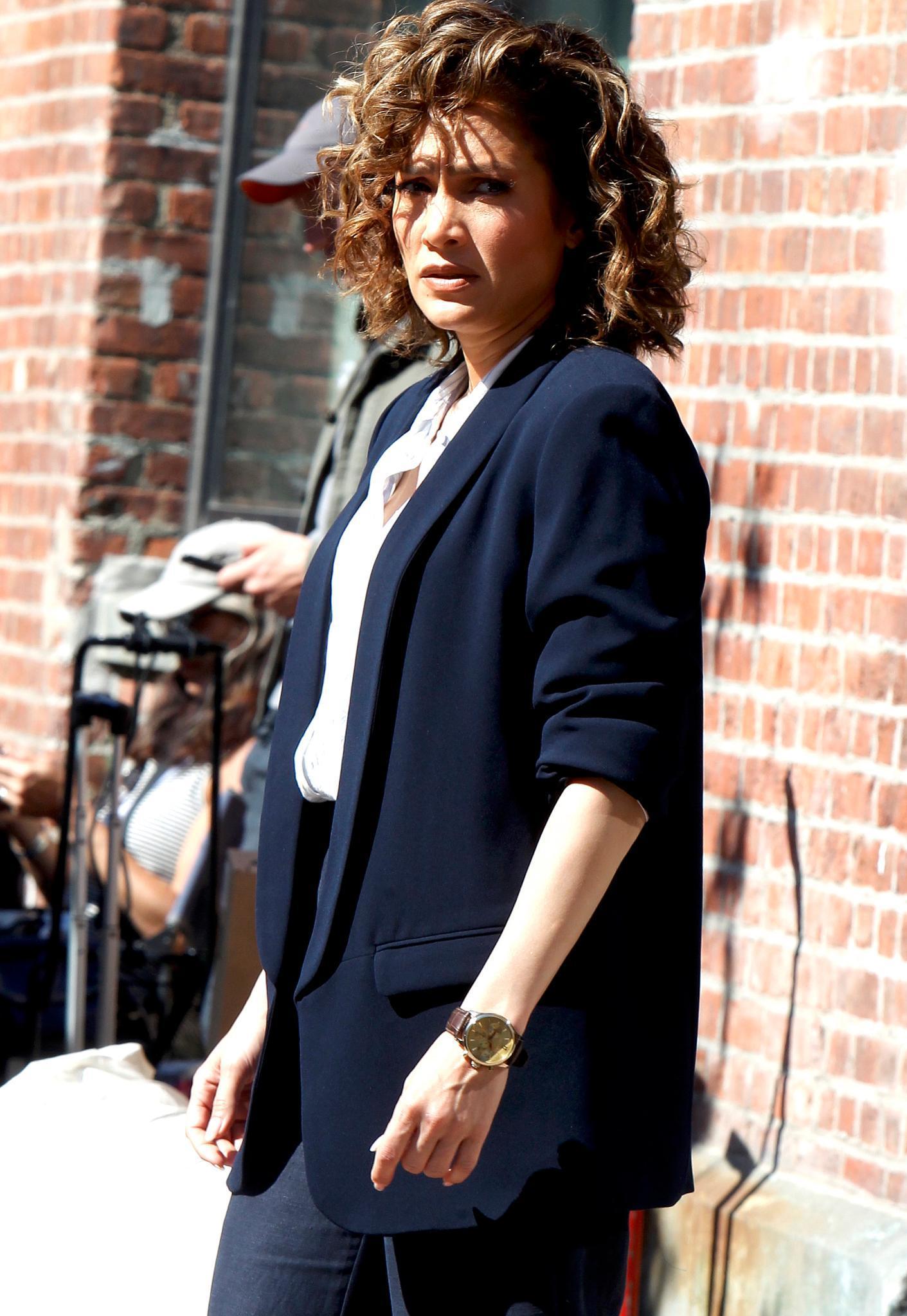 """Jennifer Lopez lenkt sich mit Arbeit ab. Am Set von """"Shades Of Blue"""" scheint sie allerdings schlechte Laune zu haben."""