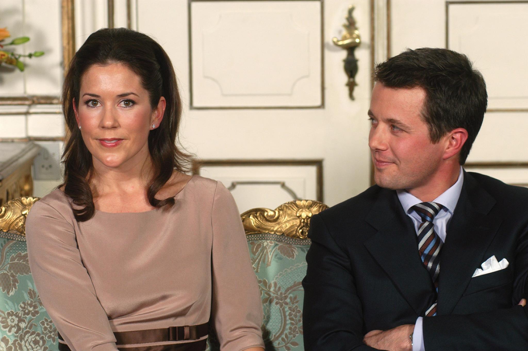Am 8. Oktober 2003 wird die Verlobung von Prinz Frederik mit Mary Donaldson offiziell verkündet. Das Prinzessinnen-Training hat begonnen, so dass Mary schon etwas Dänisch sprechen kann.