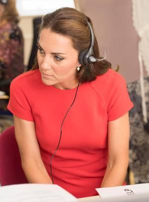 Herzogin an der Hotline: Catherine lauscht mit konzentriertem Blick bei einem Anruf.