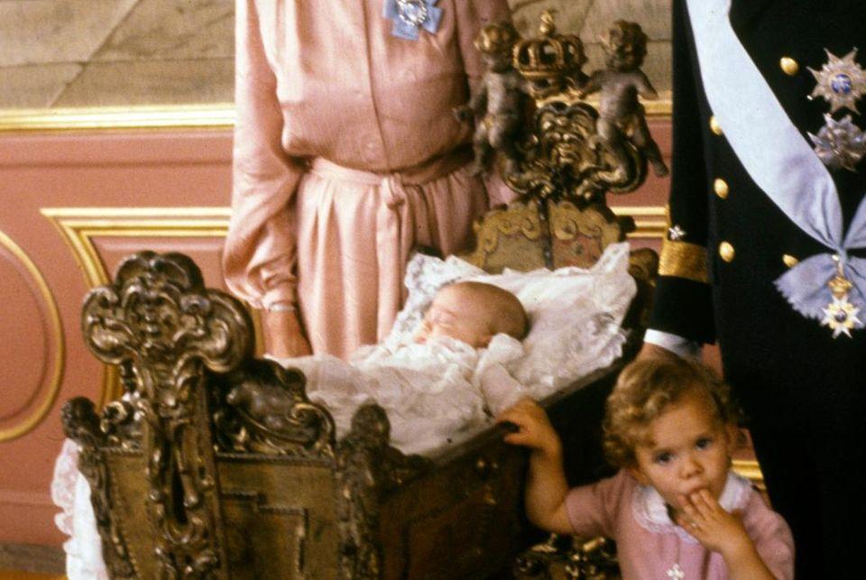 Prinz Carl Philip bei seiner Taufe 1979 in der Wiege. Schwester Victoria lag zwei Jahre zuvor in einer anderen.