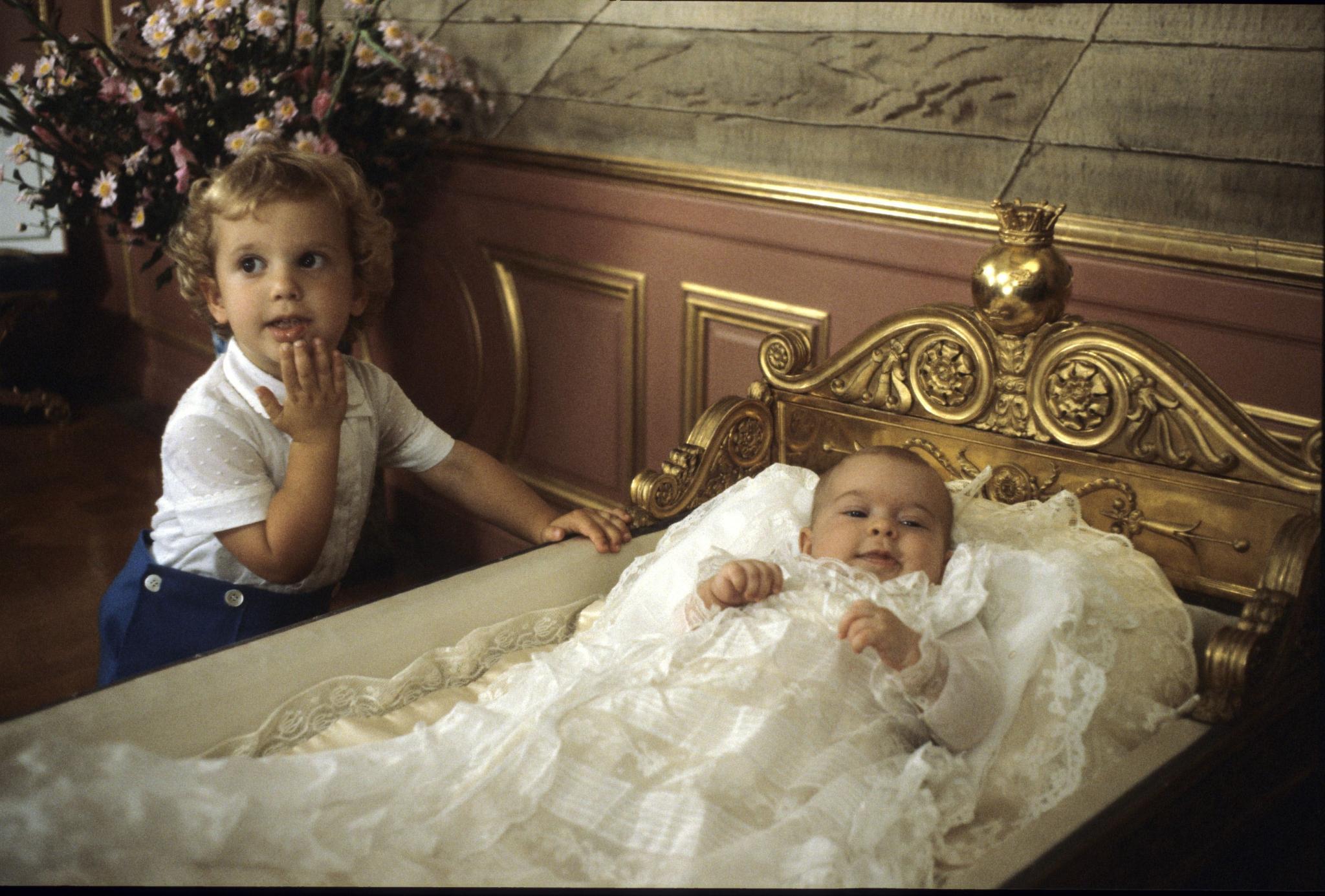 1982 wird Prinzessin Madeleine getauft - und liegt in der selben Wiege wie ihre eigenen Kinder Jahrzehnte später.