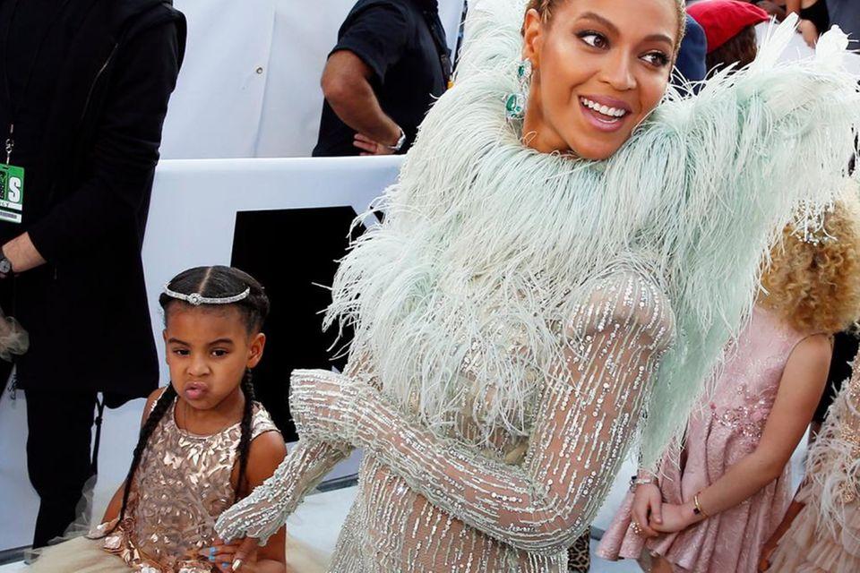 Beyoncé bringt Blue Ivy als ihr Date mit zu den VMAs. Mutter und Tochter glitzern in ihren Kleidern um die Wette.