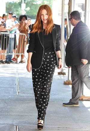 Julianne Moore begeistert immer wieder mit eleganten und stylischen Outfit wie diesem Schwarz-Weiß-Look.