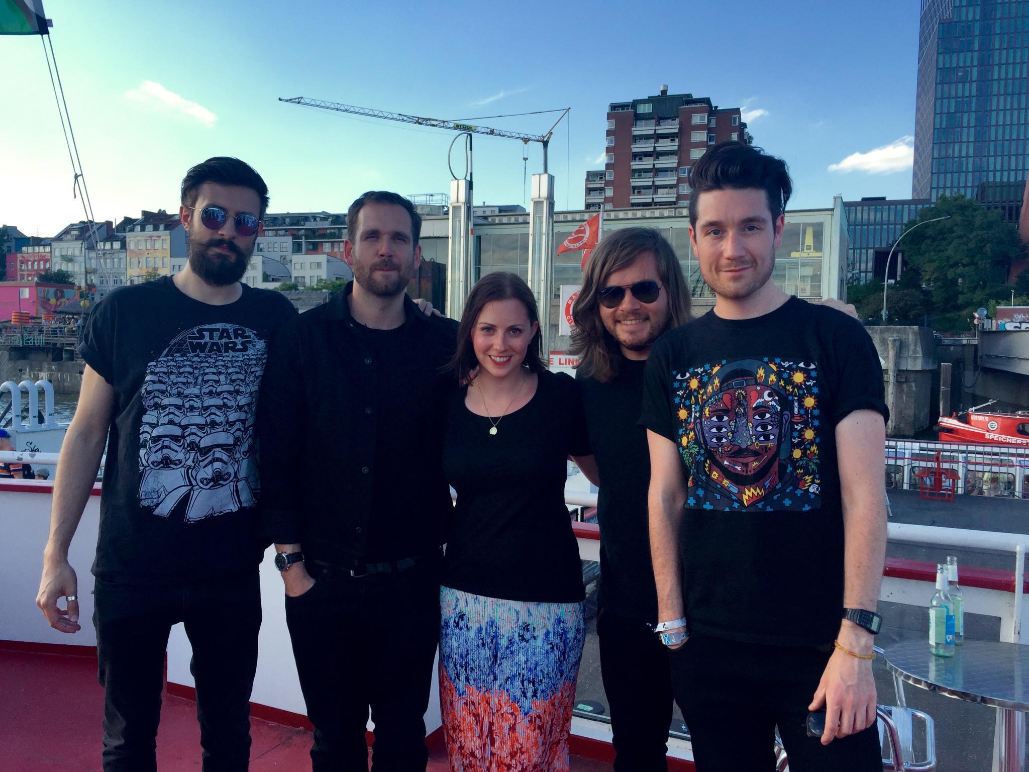 GALA-Redakteurin Kathrin schipperte mit Kyle, Will, Woody und Dan (v.l.) von Bastille über die Elbe.