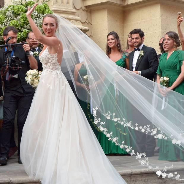 Was für eine wunderschöne Braut: Cristèl Carrisi kommt in einem märchenhaften Hochzeitskleid an der Kathedrale San Matteo im italienischen Apulien an.