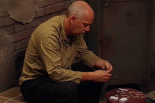 Mario Basler hat Probleme beim Zigarrettendrehen