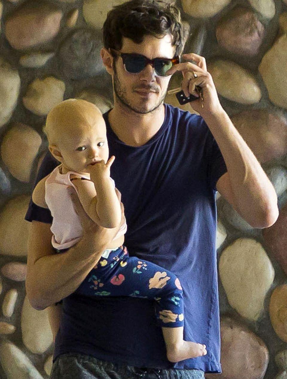 Adam Brody trägt Töchterchen Arlo.