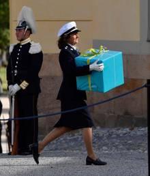 9. September 2016  Eines der Geschenke für Prinz Alexander wird in Richtung Schloss getragen.