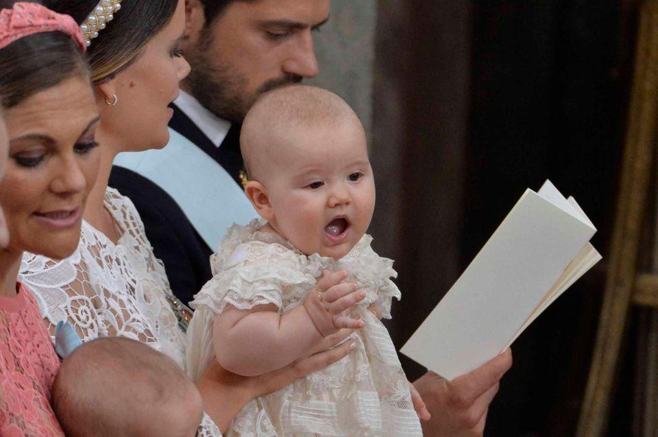 9. September 2016  Alexander wippt zwischendurch - gehalten von Prinzessin Sofia - fröhlich umher.