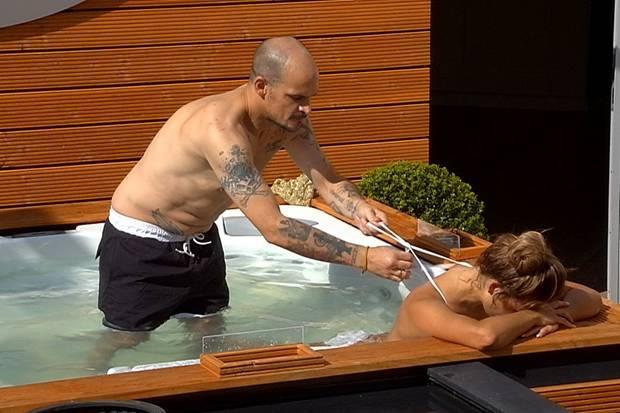 Ben Tewaag zieht Jessica Paszka das Bikini-Top aus