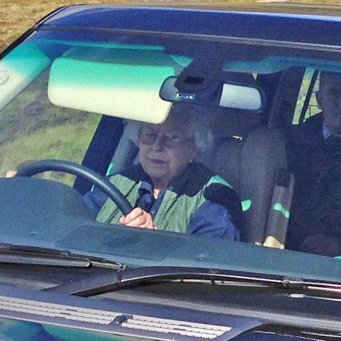 Queen Elizabeth II. fährt Auto