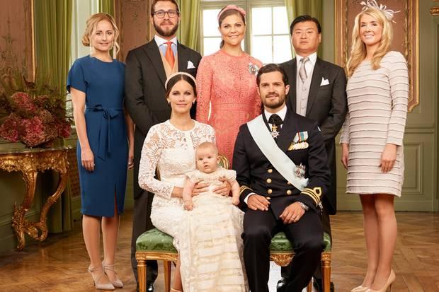 Gruppenbild mit Paten: Prinzessin Sofia, Prinz Alexander und Prinz Carl Philip lassen sich umrahmen von (von links nach rechts, zweite Reihe): Lina Frejd, Victor Magnuson, Prinzessin Victoria von Schweden, Jan-Ake Hansson, Cajsa Larsson