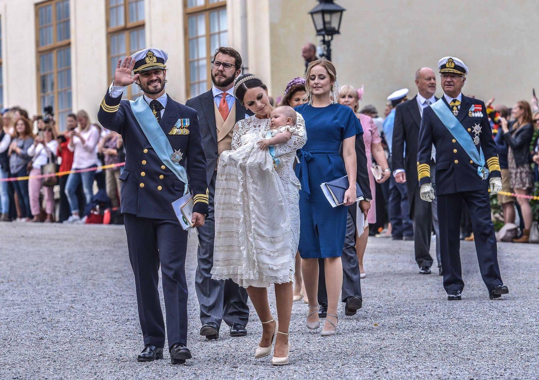9. September 2016  Das Prinzenpaar winkt den Schaulustigen zu auf dem Weg von der Kirche zum Schloss.