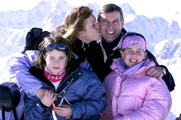 Fergie, Andrew und ihre Töchter Eugenie (ganz l.) und Beatrice im Skiurlaub in Verbier – fünf Jahre nach der Scheidung 1996