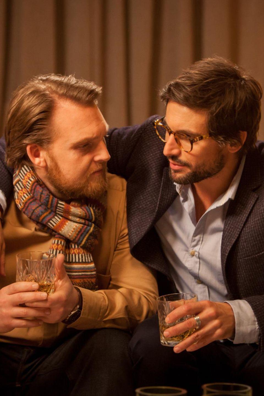 Friedrich (Axel Stein) bekommt von Edgar (Tom Beck) dessen Frauensystem erklärt.