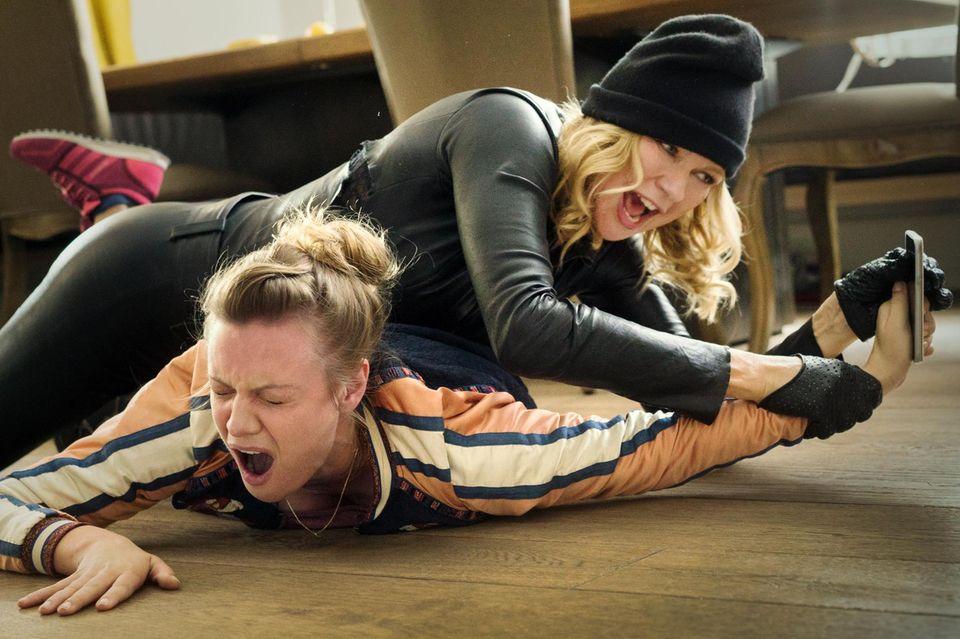 Lustige, kuriose Filmszenen: Veronica Ferres, in sexy Lederkluft, versucht in ihr eigenes Haus einzubrechen – und wird dabei von Putzfrau Justyna überrascht