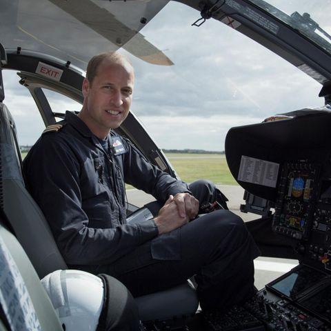 """Die BBS-Doku zeigt Prinz William im Einsatz für die """"East Anglian Air Ambulance"""", wo er seit vergangenem Sommer als Pilot im Schichtdienst eingesetzt ist."""