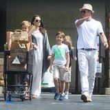 4. Juli 2016  Eine herrlich normale Familie: Angelina Jolie und Brad Pitt erledigen mit ihren Kindern Shiloh, Knox und Vivienne in Los Feliz letzte Einkäufe für das Festessen am Independence Day.