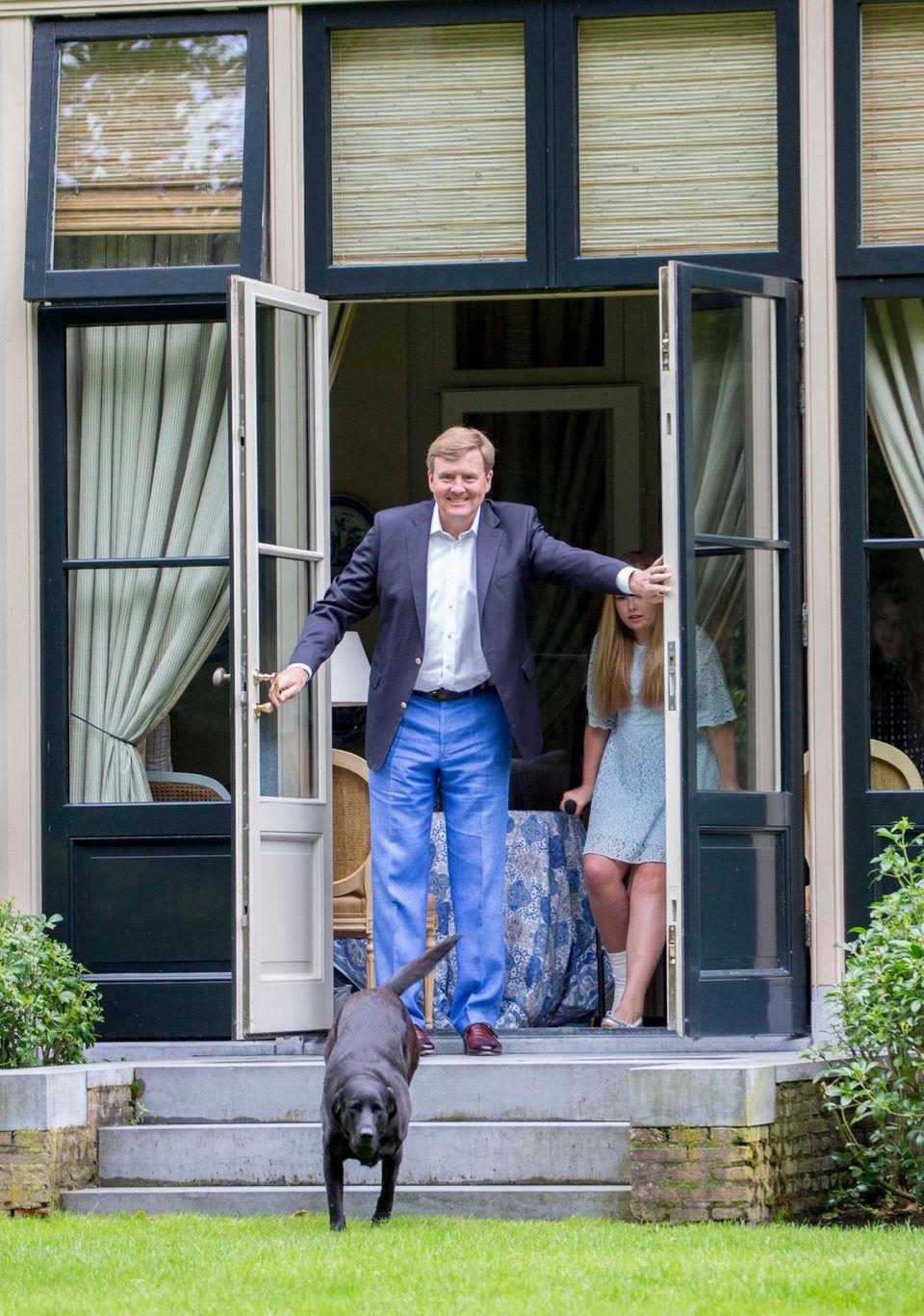 Bestimmt wird Kate auf ihrem ersten Solo-Trip von König Willem-Alexander - hier beim Öffnen der Terrassentür in seiner Villa De Eikenhorst in Wassenaar - herzlich empfangen werden.