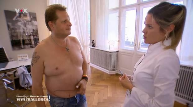 Der Partysänger lässt sich von der Berliner Ärztin in Sachen Fettabsaugung beraten.