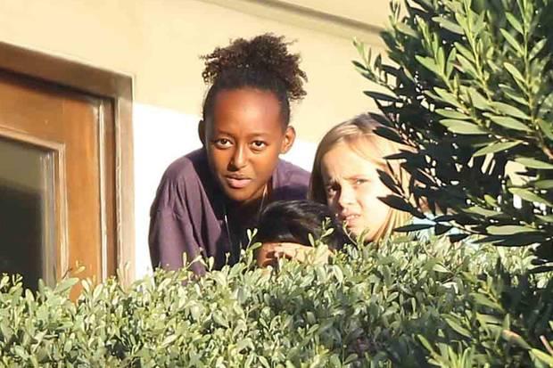 Guck-Guck andersrum! Zahara, Vivienne und Pax scheinen die Paparazzi, die sie auf Schritt und Tritt verfolgen, selbst zu belauern.