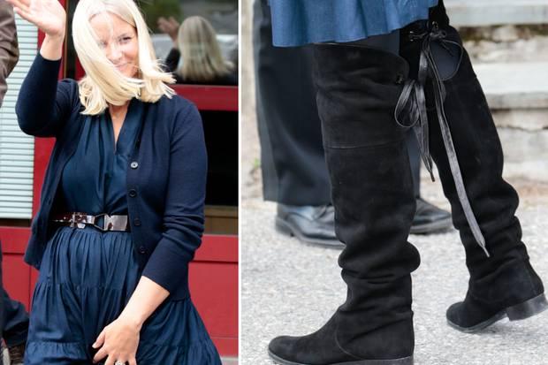 Stiefel in Overknees-Länge sieht man sonst eher selten an royalen Füßen: Kronprinzessin Mette-Marit trug sie in sportlicher Variante zum Schulbesuch zu ihrem dunkelblauen Kleid mit Strickjacke.