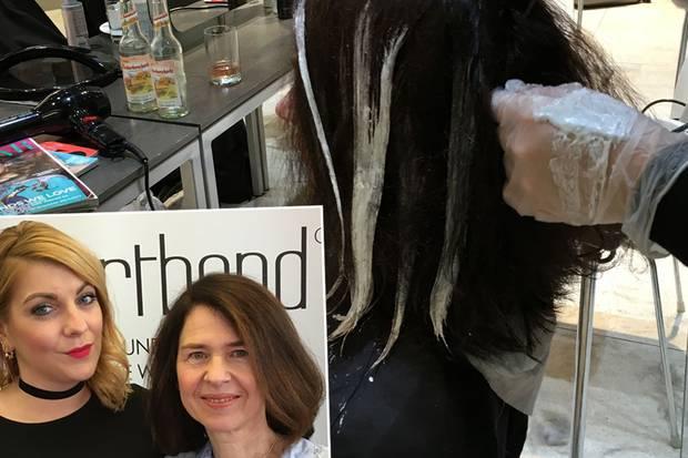 Auch der Paste für die Balayagetechnik wurde das Additiv von Smartbond beigemischt. Ein schönes Farbspiel ist entstanden und die Haare fühlen sich gut an. Danke, Julia!