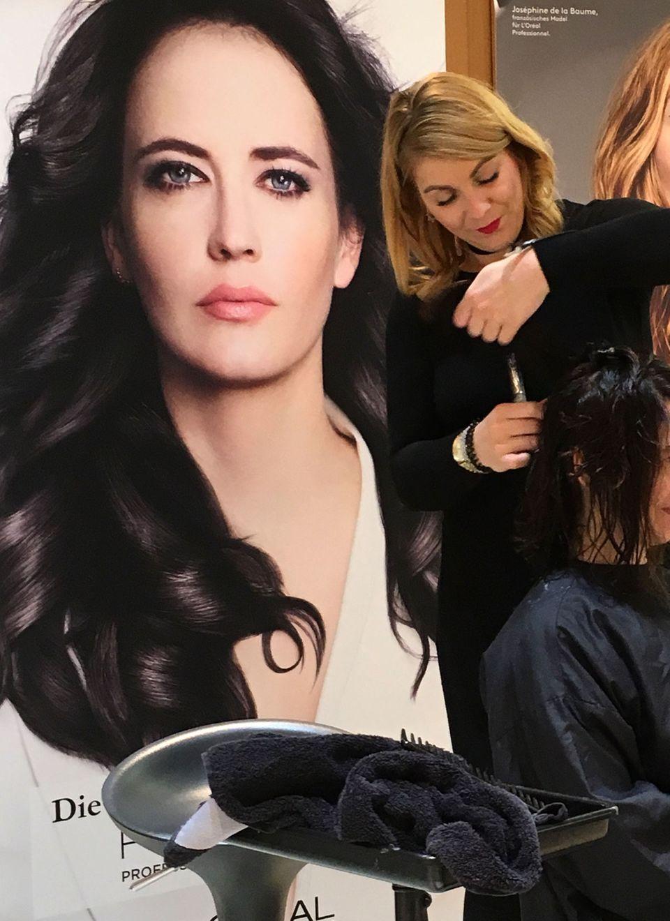 """So schönes Haar wie Eva Green hätte ich ebenfalls gerne. Heute sollen meine Haare beim Prozess der Intensivtönung und anschließenden Balayage durch den Inhaltsstoff Maleinsäure im Produkt """"Smartbond"""" geschützt werden."""