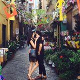 6. Juli 2016   Es ist Weltkusstag: Rebecca Mir und Massimo Sinató zeigen sich vor romantischer Kulisse, verliebt knutschend.