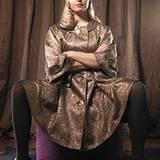 Gold steht jetzt hoch im Kurs. Der Luxusglanz verleiht dem Mantel in der A-Linie Extravaganz. Von Burberry Prorsum, ca. 2480 Eur