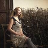 Stickereien aus Holzperlen machen das Hängerkleid mit Samtträgern und tiefer Taille zu einem Kunstwerk. Von Prada, ca. 4500 Euro