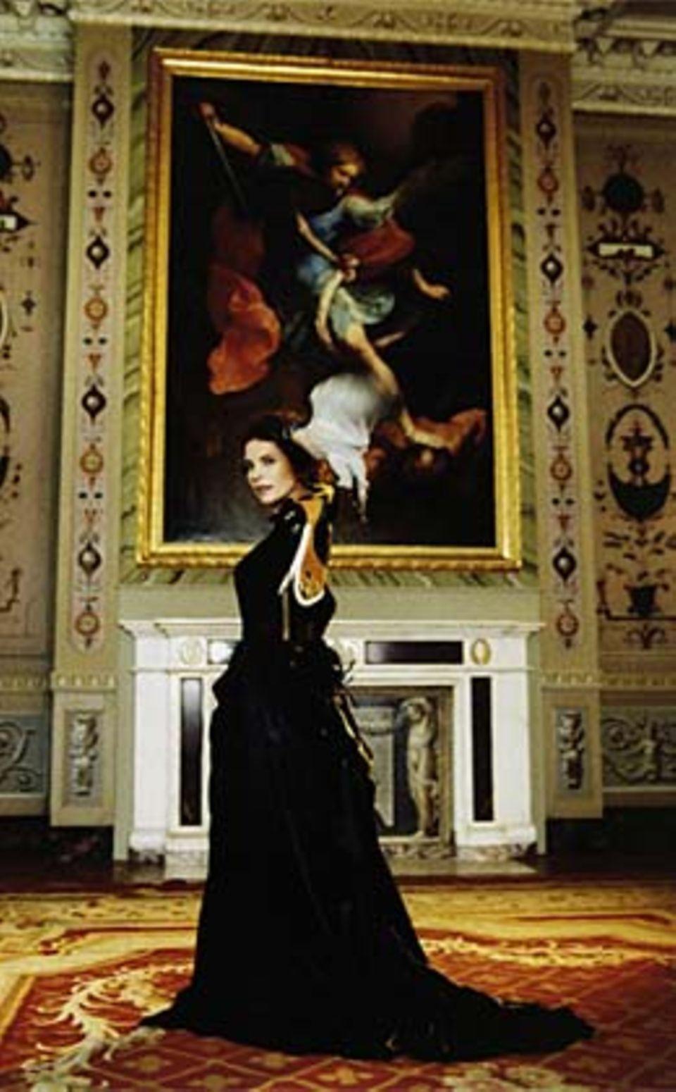Langarmbody mit Stehkragen, von Gianfranco Ferré, ca. 720 Euro. Taftrock mit Cul de Paris und Schleppe, gesehen bei Theaterkunst