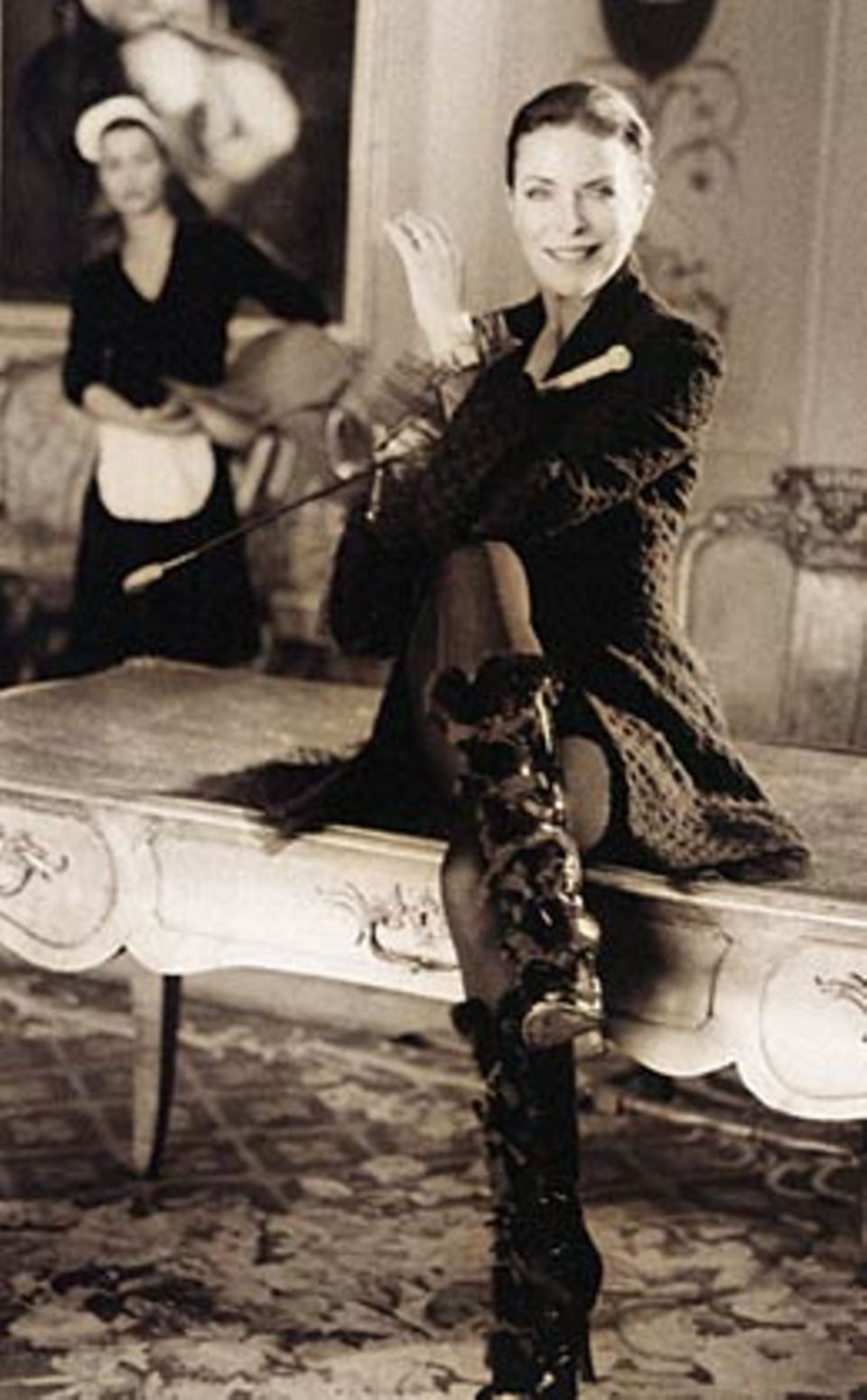 Jacke mit Trompetenärmeln, von Giorgio Armani, ca. 2200 Euro. Strumpfhose: Falke. Lackstiefel: Louis Vuitton. Lederpeitsche mit