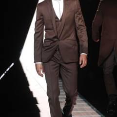 Versace-Kollektion: Ein weißes Stehkragenhemd mit schwarzen Akzenten: Farbtupfer sucht man hier vergeblich