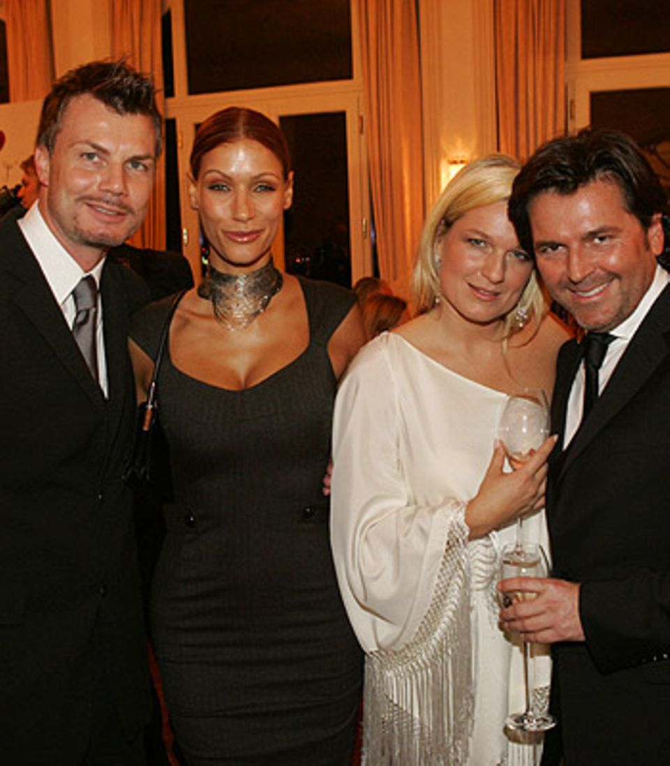 Thomas Helmer mit Ehefrau Yasmina Filali und Thomas Anders mit Gattin Claudia