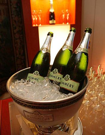 POMMERY servierte prickelnden Champagner - erst beim Empfang und später auch bei der Party