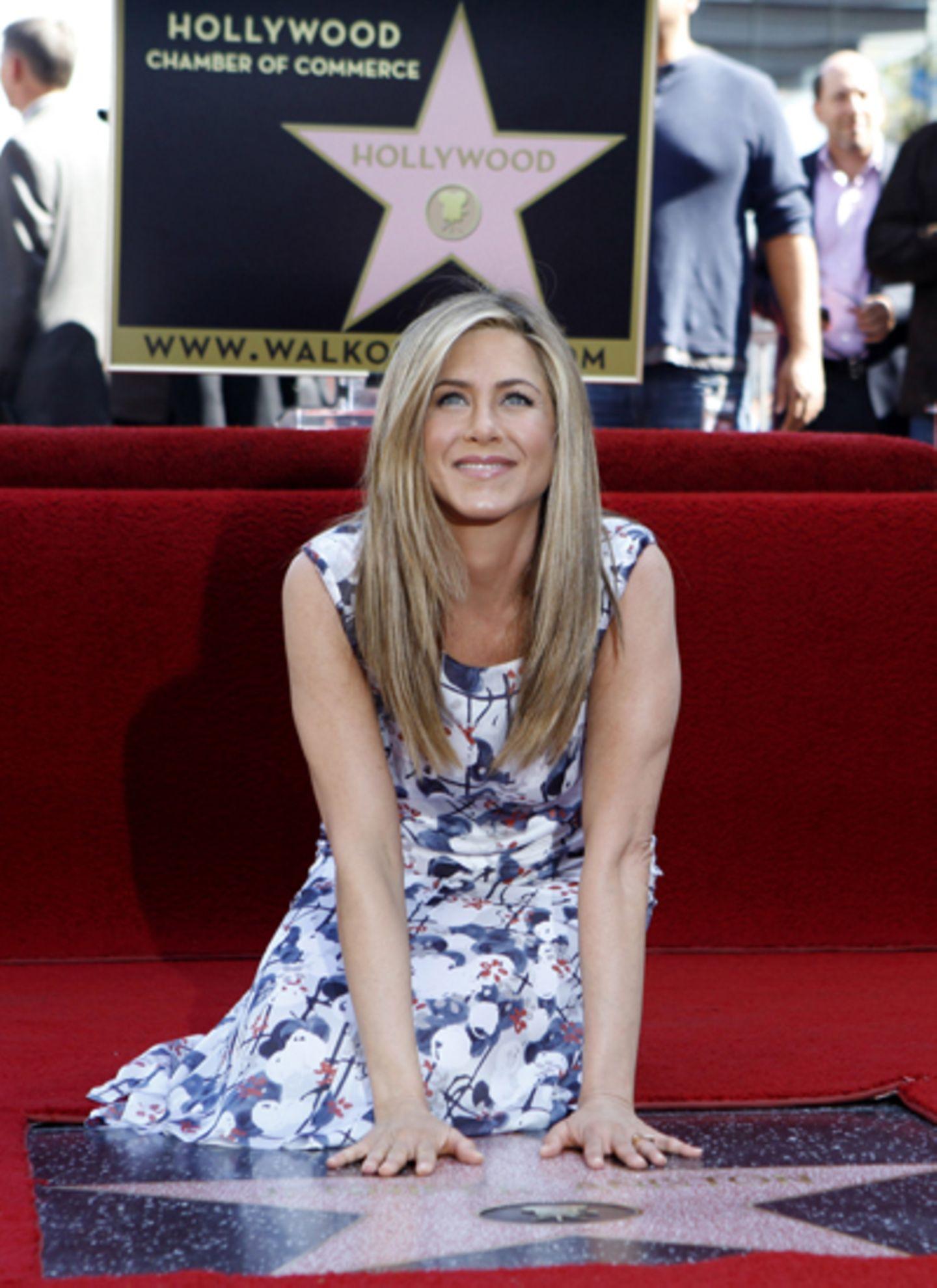22. Februar 2012: Jennifer Aniston strahlt neben ihrem persönlichen Stern. Von Freund Justin Theroux gab es anschließend ein Küs