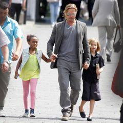"""2013  Brad Pitt ist für ein paar Tage in Russland für das """"Moskow International Film Festival"""" und nutzt die Zeit um mit seinen Töchtern Zahara und Shiloh durch die Stadt zu spazieren."""