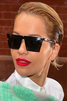 Im Gegensatz zu ihren aufwendigen Frisuren mit Haarteilen und Co. ist der zurückgegelte Sleek-Look von Rita Ora mal richtig unkompliziert.
