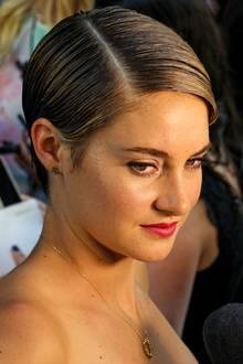 """Mit schnurgeradem Seitenscheitel und viel Haargel geglättet, zeigt Shailene Woodley bei der Premiere von """"The Fault In Our Stars"""" in New York eine glamouröse Styling-Variante für ihren Kurzhaarschnitt."""