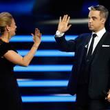 """High Five: Moderatorin Barbara Schöneberger und der """"Beste Entertainer"""" Robbie Williams"""
