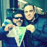 Mai 2014  Robbie Williams ist überglücklich als er glaubt sein großes Idol Diego Maradona zu treffen. Hinterher stellt sich jedoch heraus, dass es sich nur um einen bekannten Doppelgänger handelt.